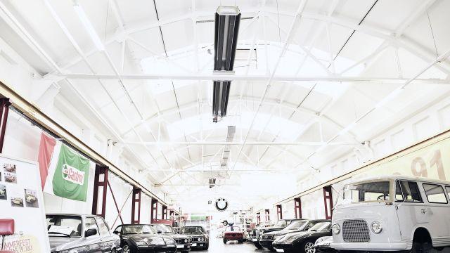 Zwei Schwank Dunkelstrahler in einem Auto Showroom.