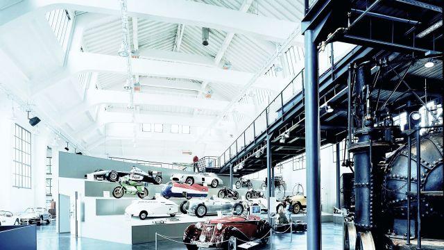 Mehrere Hellstrahler von Schwank in einem großen Auto Showroom.