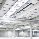 Moderná priemyselná budova, pod stropom budovy trubkové vykurovanie s kondenzačnou technológiou od spoločnosti Schwank.