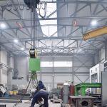 Dva svetlé žiariče rady supraSchwank v priemyselnej budove.