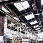 Svetlý žiarič Schwank pod stropom priemyselnej budovy.