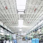 Niektoré svetlé žiariče rady supraSchwank v priemyselnej hale.